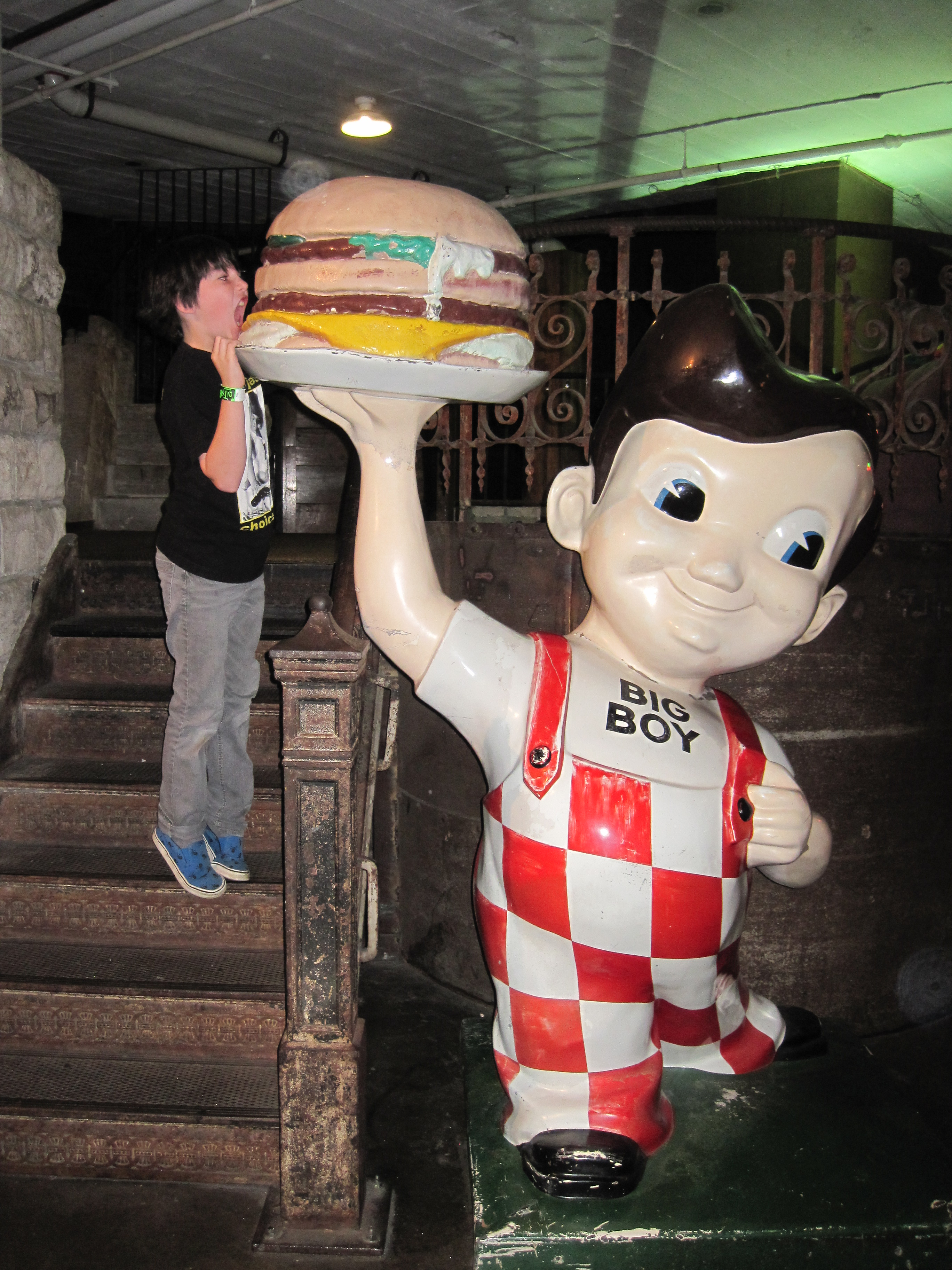 Jake Takes A Bite Out Of The Shoney S Big Boy Burger Jp