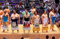 big & small sumo wrestlers face each other